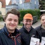 Lars Berg Andersen uddeler flyers